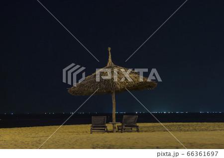 ベトナムクイニョンの夜 木製椅子とヤシの葉の傘 66361697