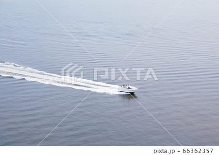 レインボーブリッジからの眺望㉟ 白波を立てて滑走するボート 66362357