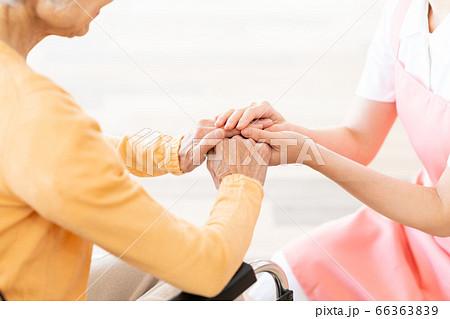 介護 女性 病院 ヘルパー 介護士 シニア 66363839