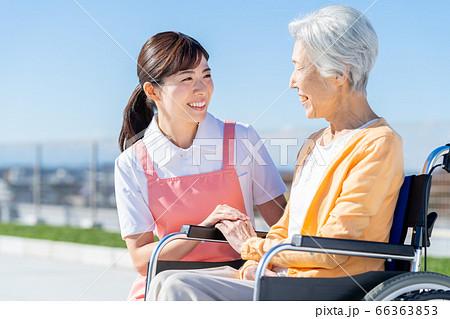 介護 女性 病院 ヘルパー 介護士 シニア 66363853