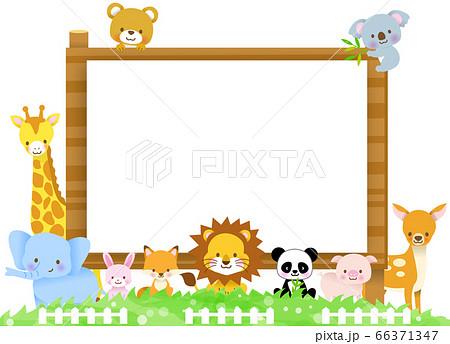 木の看板の案内に集合したかわいい動物達/キリン・コアラ・ゾウ・熊・ライオン・狐・豚・兎・パンダ・仔鹿 66371347
