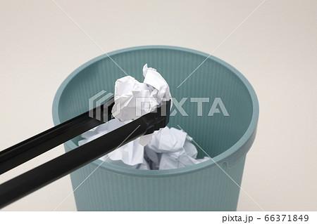 ゴミ拾い 66371849