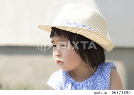 夏の強い日差しの屋外で遊ぶ子ども 66373896
