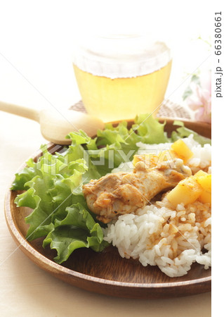 タイ料理のマッサマンカレーとアイスティー 66380661