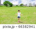 初めて縄跳びの練習をする女の子 66382941