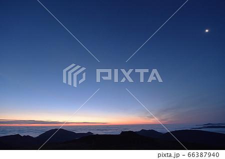 早朝の朝焼けと雲海と月(北海道) 66387940