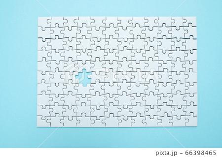 水色の背景にワンピース足りない白色のパズル 66398465