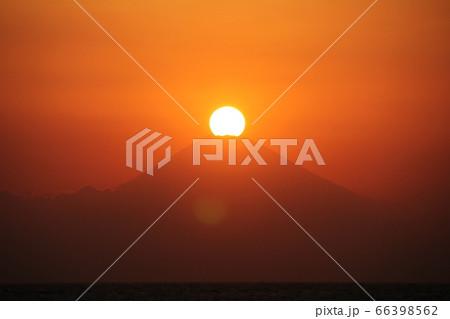 富士山の真上に夕日が沈み富士山のシルエットが綺麗に映し出された夕景 66398562