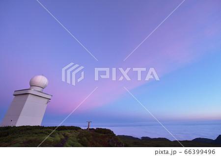 早朝の函岳山頂で朝焼けに染まる雨雪量計と雲海(北海道) 66399496