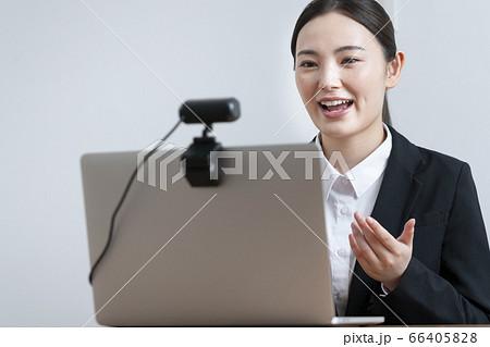 ウェブカメラに向かって話すスーツを着た若い女性  66405828