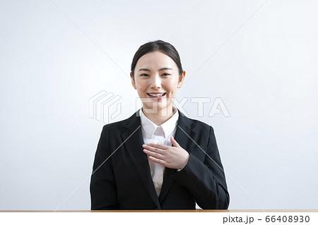 カメラ目線で話すスーツ姿の若い女性 66408930