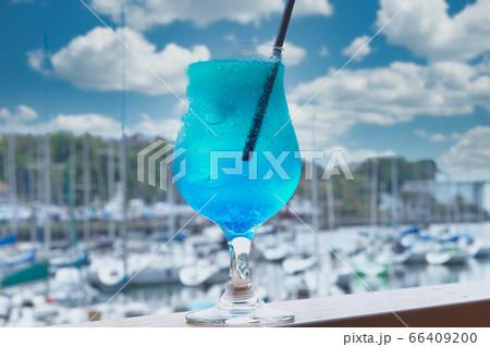 晴れのヨットハーバーサイドのオープンカフェで飲むソーダ水 66409200