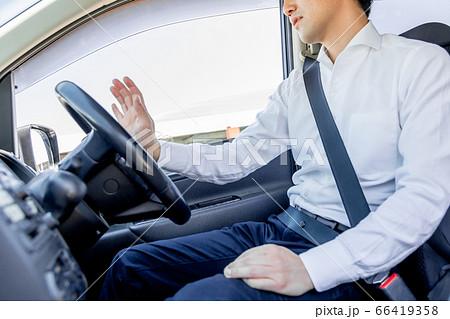 渋滞でイライラしてクラクションを鳴らす男性(顔なし) 66419358