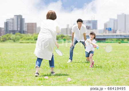 バドミントンをする親子(新しい生活様式イメージ) 66419495