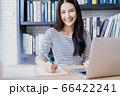 若い きれい 女性 図書館 仕事 メモ 笑顔 本 読む 人物 素材 66422241