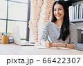 若い きれい 女性 会社員 リモート 勤務 メモ 人物 素材 66422307
