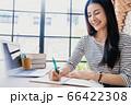 若い きれい 女性 会社員 リモート 勤務 メモ 人物 素材 66422308