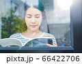 若い きれい 女性 カジュアル 読書 楽しむ 人物 素材 66422706