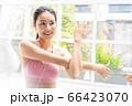 若い きれい 女性 自宅 室内 運動 ライフスタイル 人物 素材 66423070