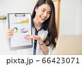 美人 女性 会社員 笑顔 オフィス ビジネスシーン 人物 素材 66423071