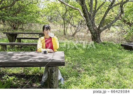女子旅でハイキング中 座って休憩して水を飲む女性 66429384