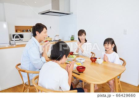自宅で食事をするファミリー 4人家族  66429660