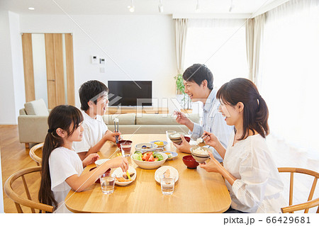 自宅で食事をするファミリー 4人家族  66429681