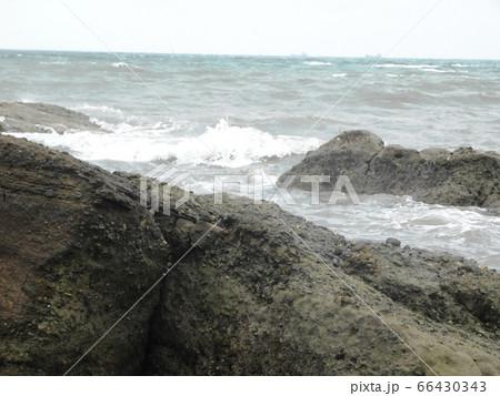 「くくり岩」をつくる堆積層に打ち寄せる波 66430343
