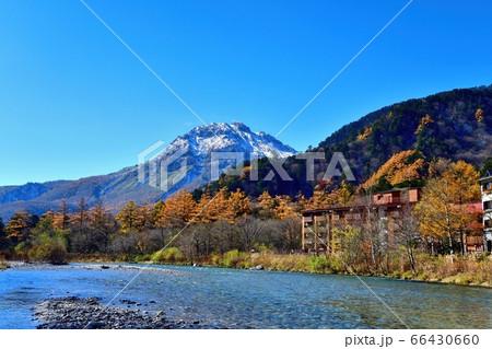 青空バックの焼岳と梓川の晩秋の情景@上高地、長野 66430660