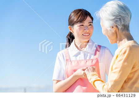 介護 女性 病院 ヘルパー 介護士 シニア 66431129