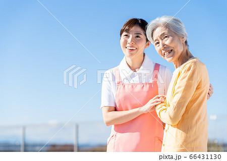 介護 女性 病院 ヘルパー 介護士 シニア 66431130