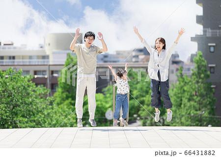 ハイテンションでジャンプする親子(新しい生活様式イメージ) 66431882