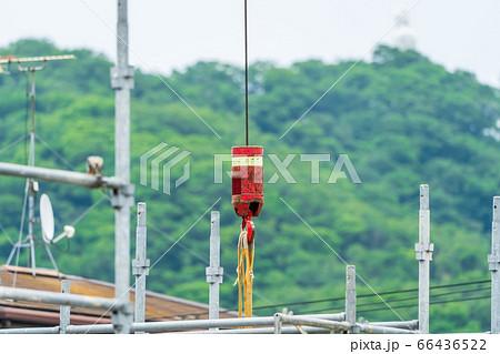 建設現場でロープを吊り下げているクレーン車の補フック 66436522