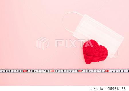 赤いハートとマスク、ソーシャルディスタンスのイメージ 66438173