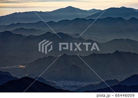南大菩薩・大蔵高丸から見る朝日差す大月方面・丹沢の山並み 66446009