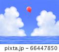 赤い風船が飛ぶ、モクモク雲のある青空と海・横長 66447850