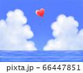 赤いハート型風船が飛ぶ、モクモク雲のある青空と海・横長 66447851