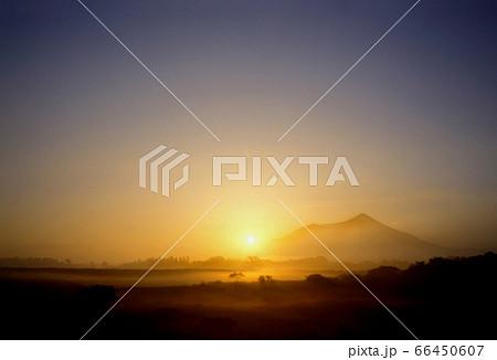 ロマンチック茨城(空気が止まった早朝の空間を太陽の日差しが鼓動を導く。万葉の山、筑波の一日が始まる) 66450607