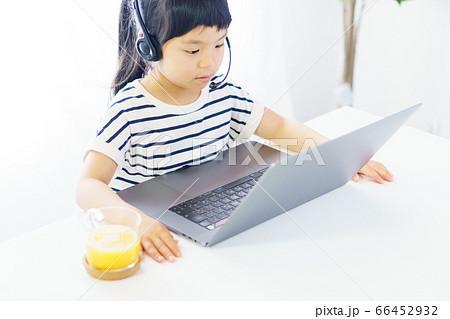 自宅でオンライン学習をする女の子 66452932