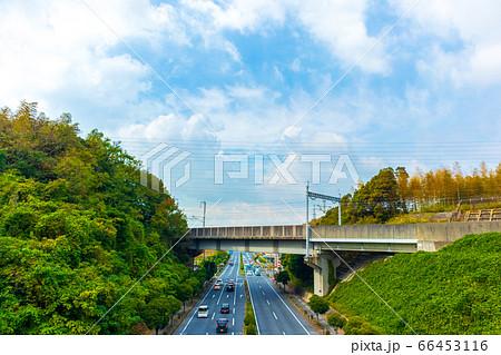 国道2号線と立体交差する山陽新幹線の線路 66453116