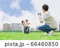 カメラで撮影をする親子(新しい生活様式イメージ) 66460850