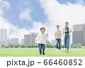 追いかけっこする親子(新しい生活様式イメージ) 66460852