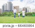 手を繋いで屋外を散歩する親子(新しい生活様式イメージ) 66460864