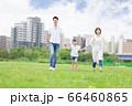 手を繋いで屋外を散歩する親子(新しい生活様式イメージ) 66460865