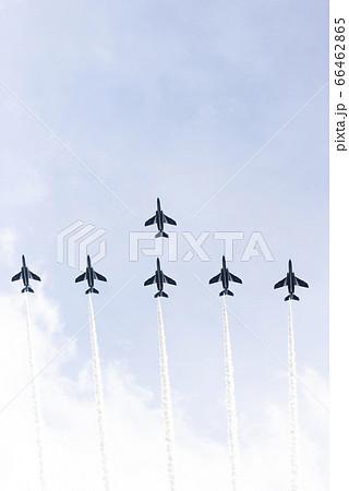 航空祭。ブルーインパルスのアクロバット飛行。 66462865