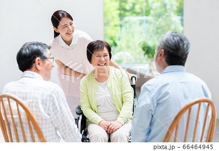 介護施設の高齢者と介護士 66464945
