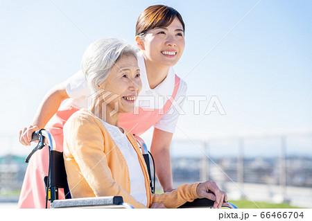 介護 女性 病院 ヘルパー 介護士 シニア 66466704