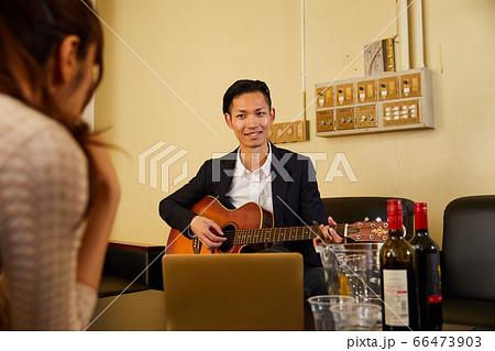 ギターを弾く若い男性 66473903