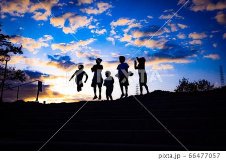 夕焼けを飛ぶ少年たち、宝塚山手台北公園 66477057