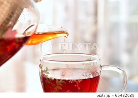 透明なティーセットで注がれるお茶 66482039